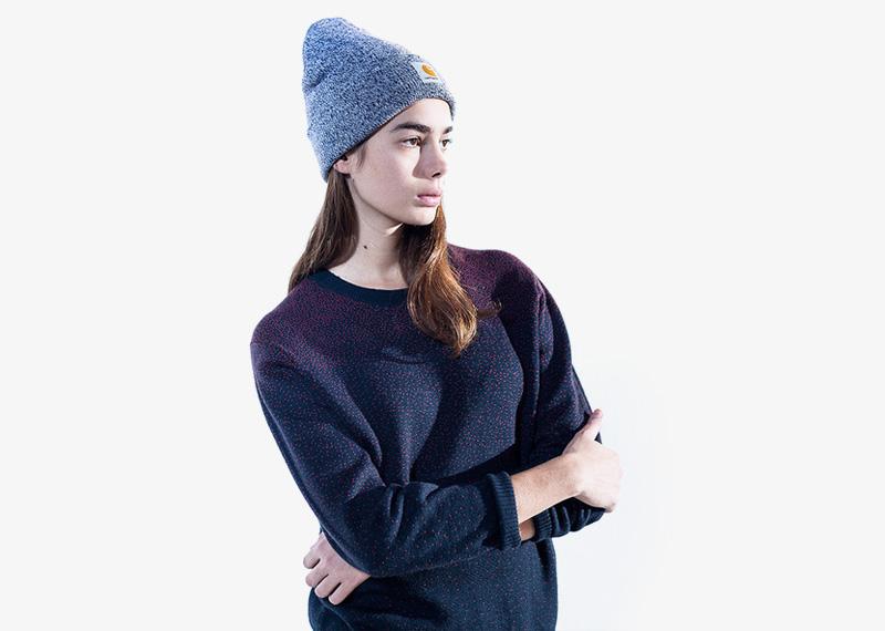 Carhartt WIP – dámský modrý svetr, červené tečky, zimní čepice | Dámské značkové podzimní/zimní oblečení