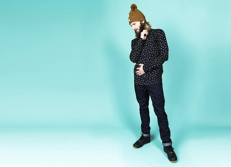 RVLT (Revolution) – pánská černá košile s motivy, modré jeansy (džíny) | Pánské značkové oblečení, móda