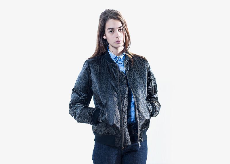 Carhartt WIP – dámský bomber, jacket, krátká leopardí (gepardí) bunda do pasu, tmavě hnědá | Dámské značkové podzimní/zimní oblečení