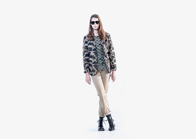 Carhartt WIP – dámská podzimní bunda, motiv listí, béžové kalhoty | Dámské značkové podzimní/zimní oblečení