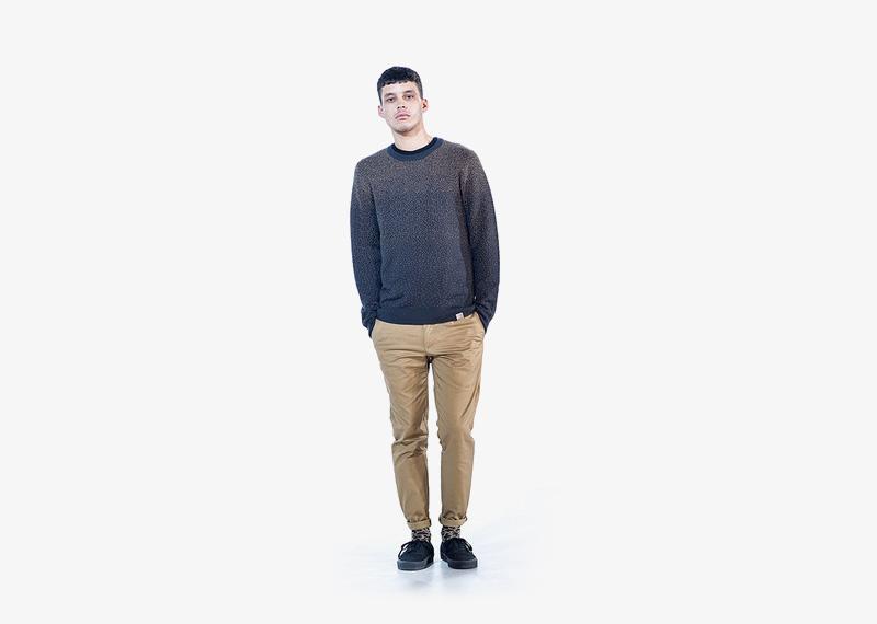 Carhartt WIP – béžové pánské kalhoty, tmavě modrý svetr s tečkami | Pánské značkové podzimní/zimní oblečení