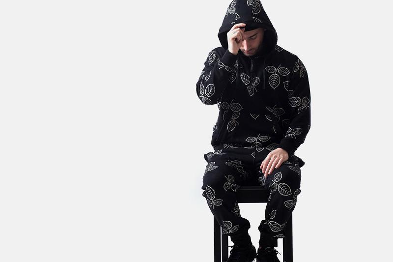 Unyforme – černá mikina s kapucí, černé tepláky, kresby listů | Pánské značkové oblečení