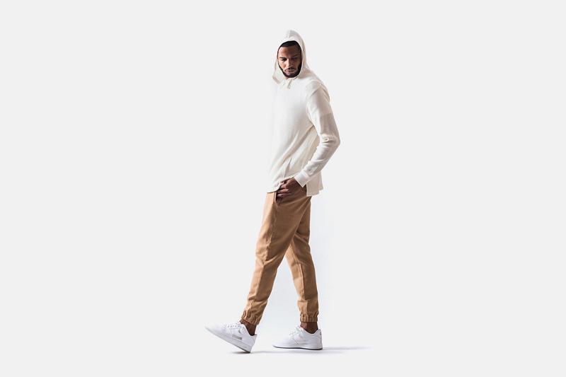Unyforme – bílá mikina s kapucí, béžové kalhoty joggers s gumou v nohavicích | Pánské značkové oblečení