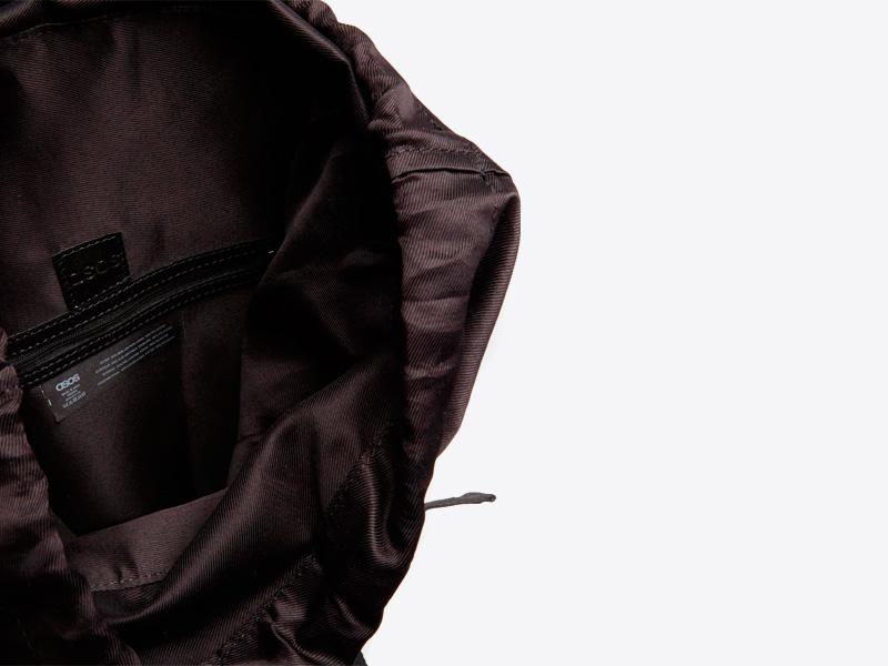 Asos – černý batoh, vnitřní část, podšívka