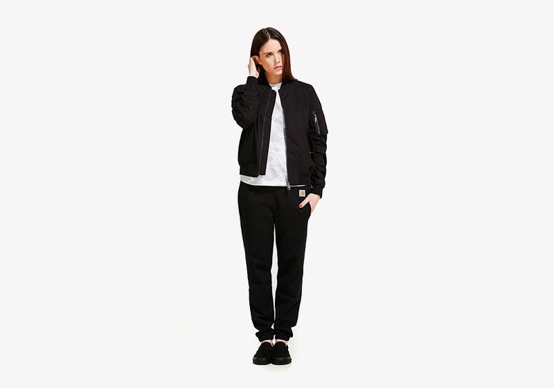 Carhartt WIP – černý bomber – dámský, krátká bunda do pasu, černé tepláky, joggers kalhoty