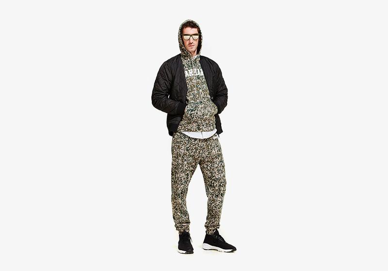 Carhartt WIP – kalhoty joggers a mikina s kapucí s maskáčovým vzorem, černý bomber