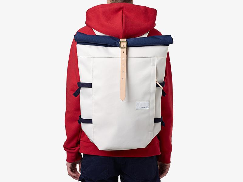 Nanamica – plátěný batoh, luxusní, bílý, s modrou klopou, stylový trendy batoh, cyklistický