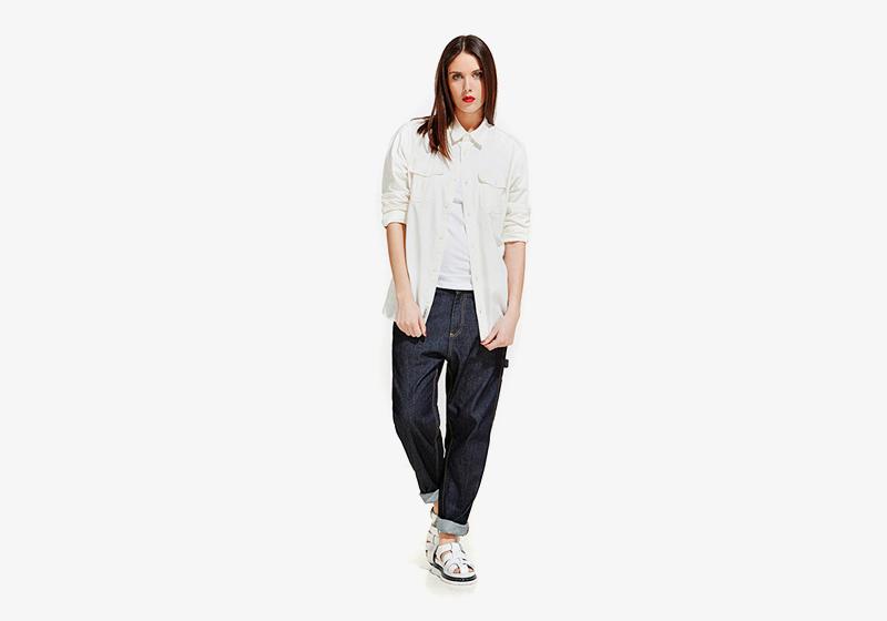 Carhartt WIP – dámská volná košile – bílá, modré volné jeansy (džíny, rifle)