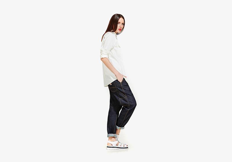 Carhartt WIP – modré volné džíny (jeansy, rifle), dámská bílá košile s dlouhým rukávem – volná