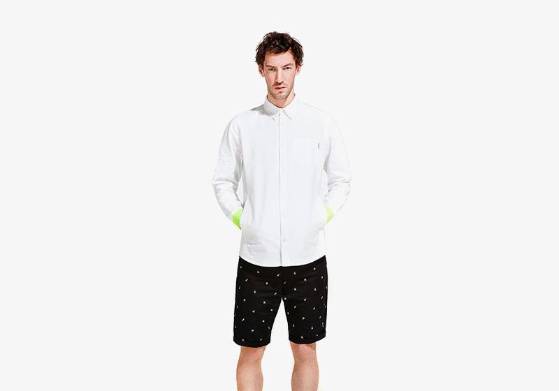 Carhartt WIP – bílá sportovní košile s dlouhým rukávem – pánská, černé šortky (kraťasy) s bílými symboly