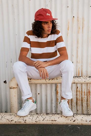 Obey – pánské tričko hnědo-bílé pruhované, bílé kalhoty