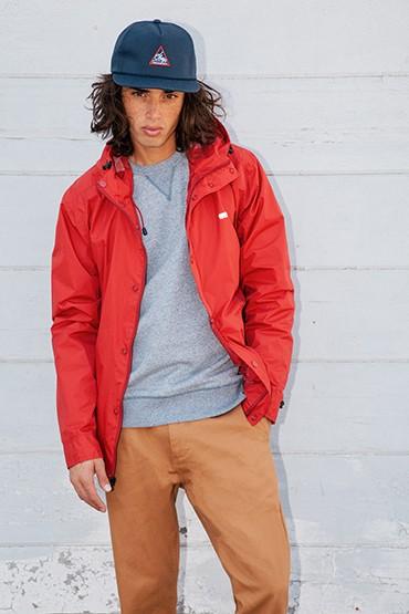 Obey – pánská jarní/letní bunda – červená, šedá mikina, hnědé (pískové) kalhoty