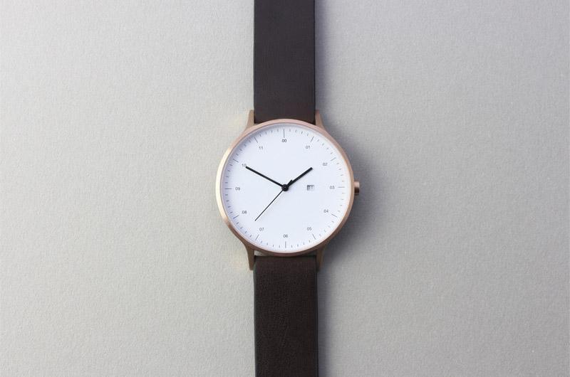 Instrmnt — elegantní náramkové hodinky — dámské a pánské, tmavě hnědý náramek, bílý ciferník