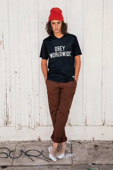 Obey – pánské černé tričko do V, tmavě hnědé kalhoty