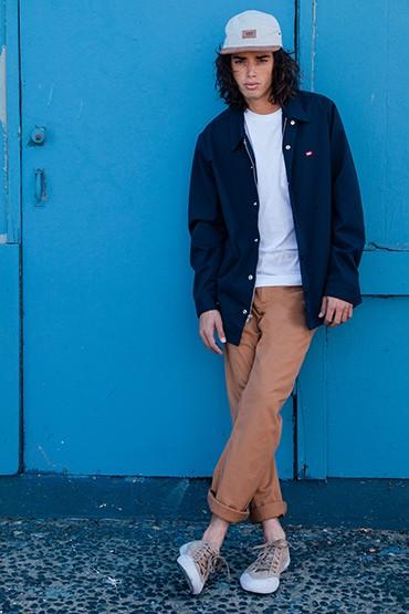 Obey – pánská modrá jarní/letní parka (delší bunda), hnědé kalhoty