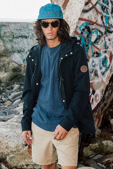 Obey – pánská jarní/letní parka (bunda) – modrá, modré tričko, pánské khaki šortky (kraťasy)