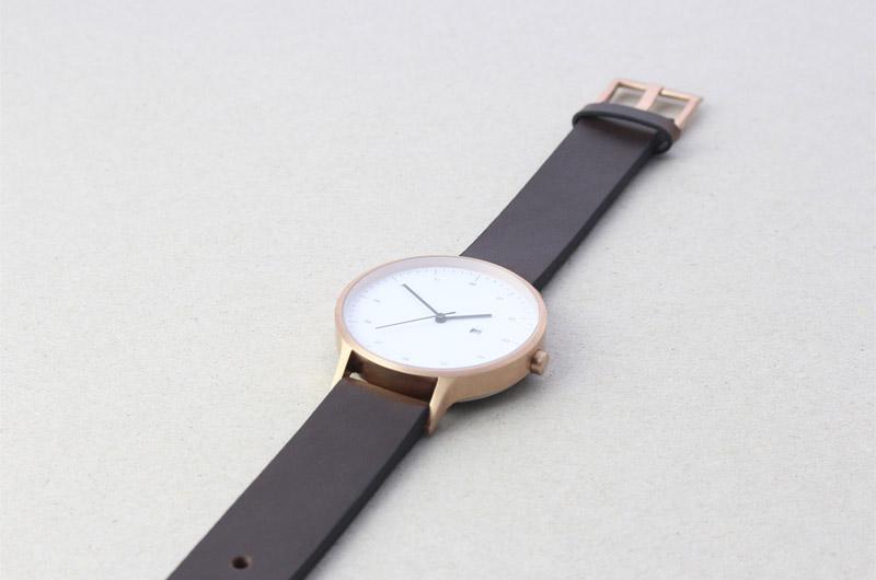 Instrmnt — dámské a pánské, hodinky — elegantní, náramkové, tmavě hnědý náramek, bílý ciferník