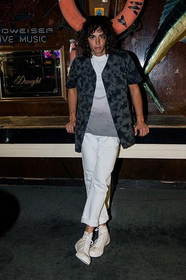 Obey – pánská košile se vzorem – krátký rukáv, bílé kalhoty