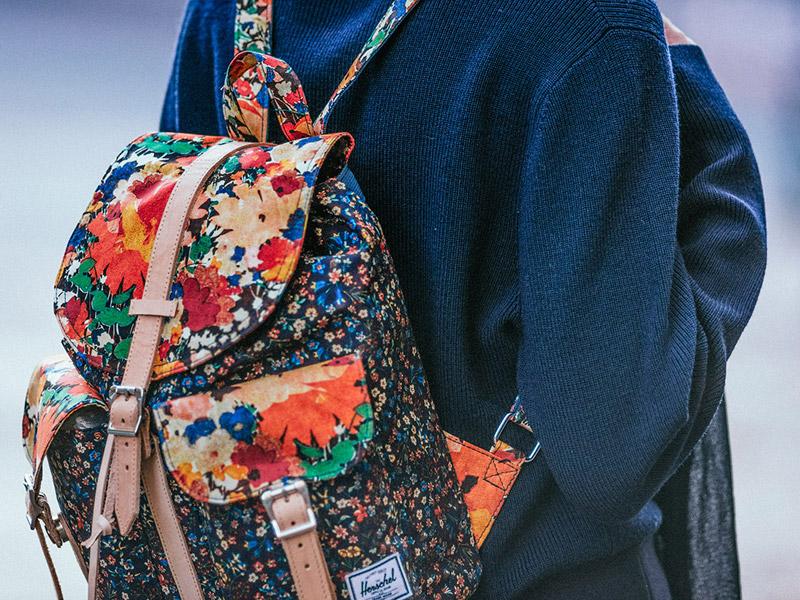 Dámský batoh Herschel Supply x Liberty — s rostlinnými vzory, barevný plátěný (bavlněný) batoh na záda — Dawson