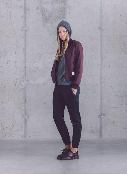 Wemoto – dámský bomber (krátká bunda do pasu) – vínový (bordó), joggers kalhoty dámské – tmavě modré – jaro/léto 2015