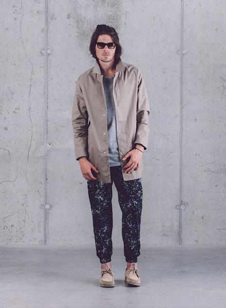 Wemoto – pánská dlouhá bunda (parka bez kapuce) – béžová, kalhoty joggers – černé se vzorem – jaro/léto 2015