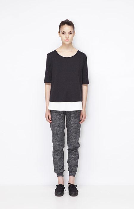 Ucon Acrobatics — černobílé tričko – dámské, šedé joggers kalhoty s náplety — dámské oblečení — jaro/léto 2015