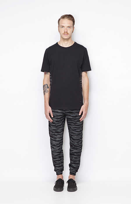 Ucon Acrobatics – pánské černé tričko, kalhoty joggers s náplety – šedo-černý vzor – oblečení jaro/léto 2015
