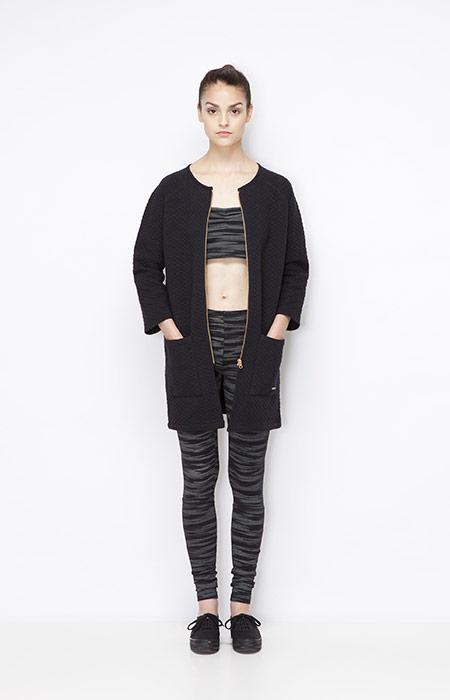 Ucon Acrobatics — dlouhá černá bunda, kabát, černo-šedé legíny se vzorem, body se vzorem — dámské oblečení — jaro/léto 2015