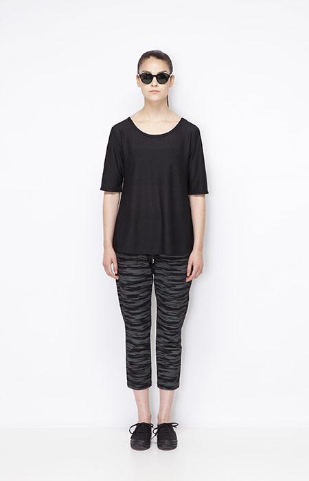 Ucon Acrobatics — dámské černo-šedé tříčtvrteční (3/4) kalhoty se vzorem, černé dámské tričko — dámské oblečení — jaro/léto 2015