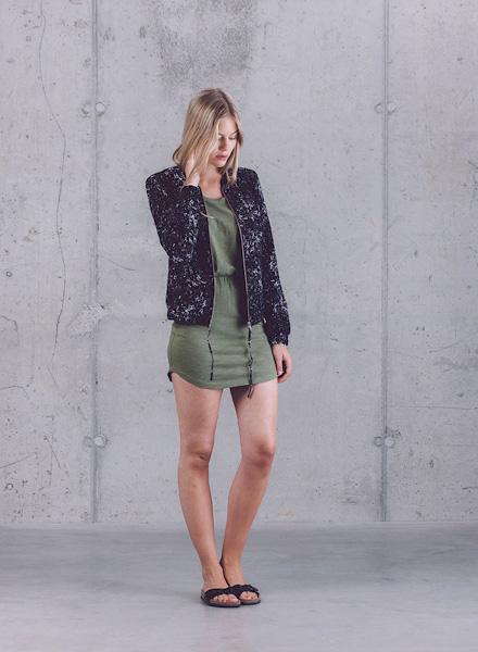 Wemoto – dámský černý bomber se vzorem (krátká jarní bunda do pasu), tmavě zelené letní šaty – jaro/léto 2015