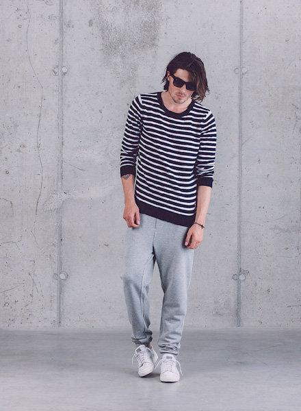 Wemoto – černo-bílý pruhovaný svetr, pánské tepláky – šedé – jaro/léto 2015