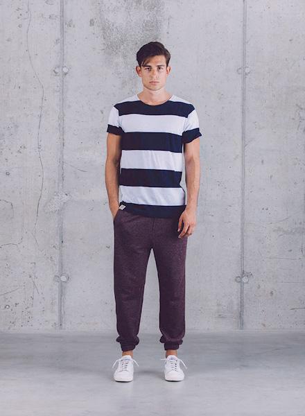 Wemoto – černo-bílé pruhované tričko, pánské kalhoty joggers – tmavě fialové (bordó) – jaro/léto 2015