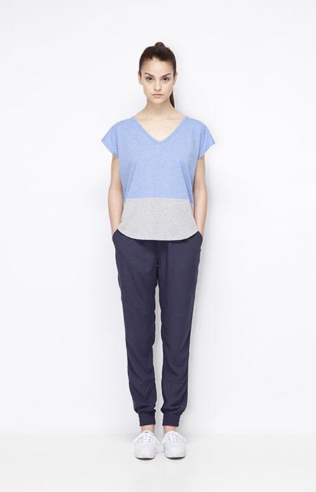 Ucon Acrobatics — šedo-modré dámské tričko – top, modré kalhoty joggers s gumou v nohavicích — dámské oblečení — jaro/léto 2015