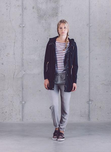 Wemoto – dámská tmavě modrá dlouhá parka (bunda) s kapucí, šedé joggers kalhoty – dámské – jaro/léto 2015