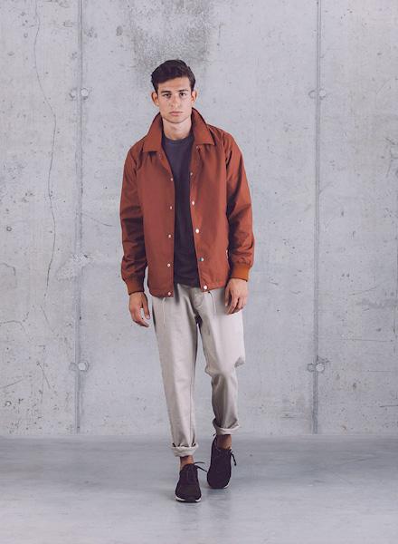 Wemoto – hnědá pánská jarní bunda, pánské béžové kalhoty – jaro/léto 2015