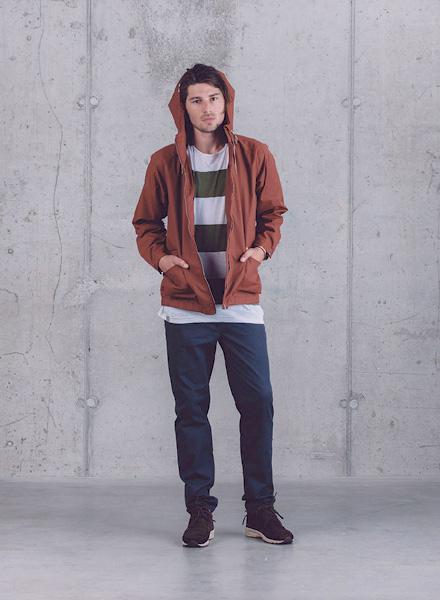Wemoto – hnědá jarní bunda s kapucí – pánská, modré pánské kalhoty – jaro/léto 2015