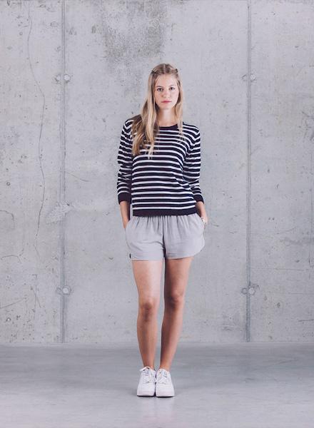 Wemoto – černo-bílé pruhované dámské tričko, šedé kraťasy – jaro/léto 2015