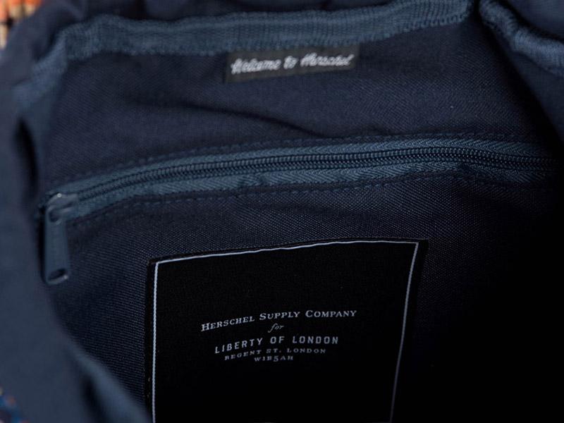 Batoh Herschel Supply x Liberty — detail úložného prostoru batohu