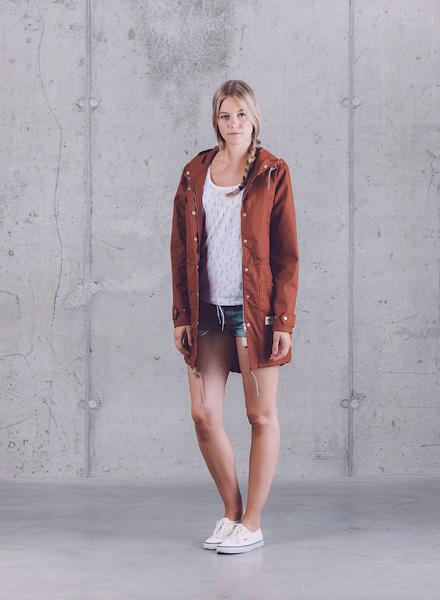 Wemoto – dámská zrzavá dlouhá parka (bunda) s kapucí, tričko se symboly, jeansové (džínové) kraťasy – jaro/léto 2015