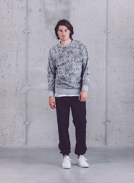 Wemoto – šedá pánská mikina se vzorem (textura horniny), černé kalhoty joggers – jaro/léto 2015