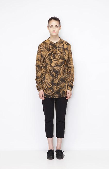 Ucon Acrobatics — dámská hnědá košile s rostlinným vzorem — monstera, 3/4 černé kalhoty — dámské oblečení — jaro/léto 2015