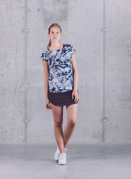Wemoto – letní tričko se vzorem – šedo-modré, tmavě fialová krátká letní sukně – jaro/léto 2015