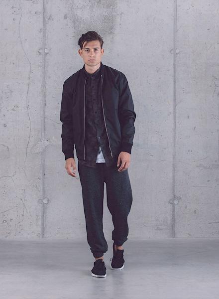 Wemoto – pánský černý bomber, tmavá košile, černé tepláky – jaro/léto 2015