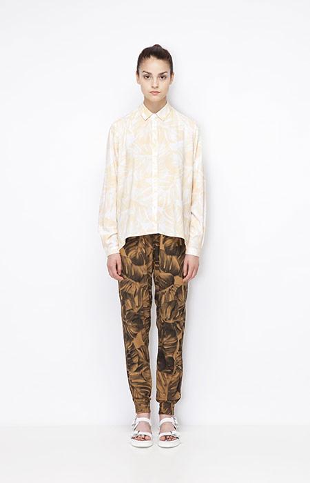 Ucon Acrobatics — dámské hnědé kalhoty joggers s rostlinným vzorem — monstera, dámská košile žluto-bílá — dámské oblečení — jaro/léto 2015