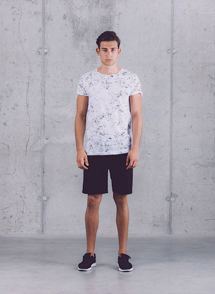 Wemoto – bílé tričko s černým vzorem (textura hornin), černé šortky – pánské – jaro/léto 2015