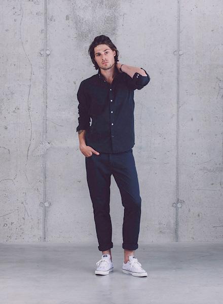 Wemoto – tmavě modrá pánská košile s dlouhým rukávem, tmavě modré kalhoty – pánské – jaro/léto 2015