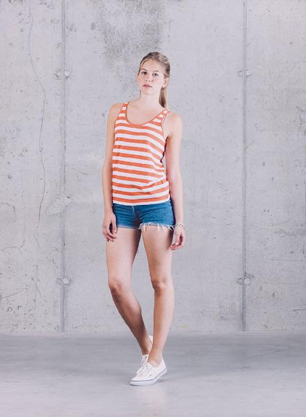 Wemoto – červeno-bílé pruhované letní tílko, modré jeansové (džínové) kraťasy – jaro/léto 2015