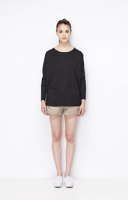 Ucon Acrobatics — černý jarní dámský svetr se vzorem, khaki kraťasy — dámské oblečení — jaro/léto 2015