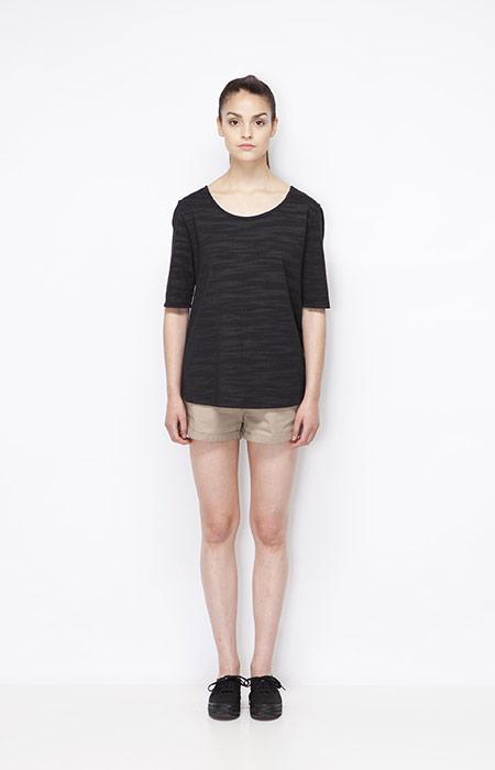 Ucon Acrobatics — černý jarní dámský top (triko) se vzorem, khaki kraťasy — dámské oblečení — jaro/léto 2015