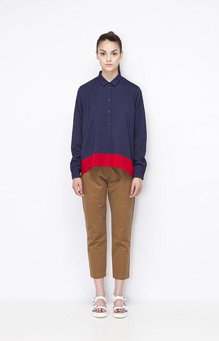 Ucon Acrobatics — červeno-modrá dámská košile, tříčtvrteční hnědé kalhoty — dámské oblečení — jaro/léto 2015